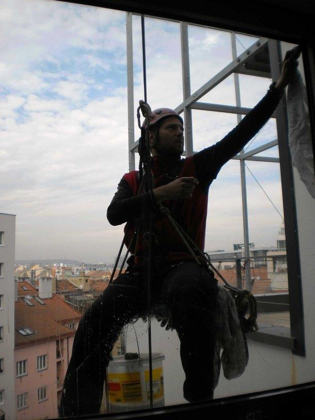 Mytí a čištění oken ve výšce