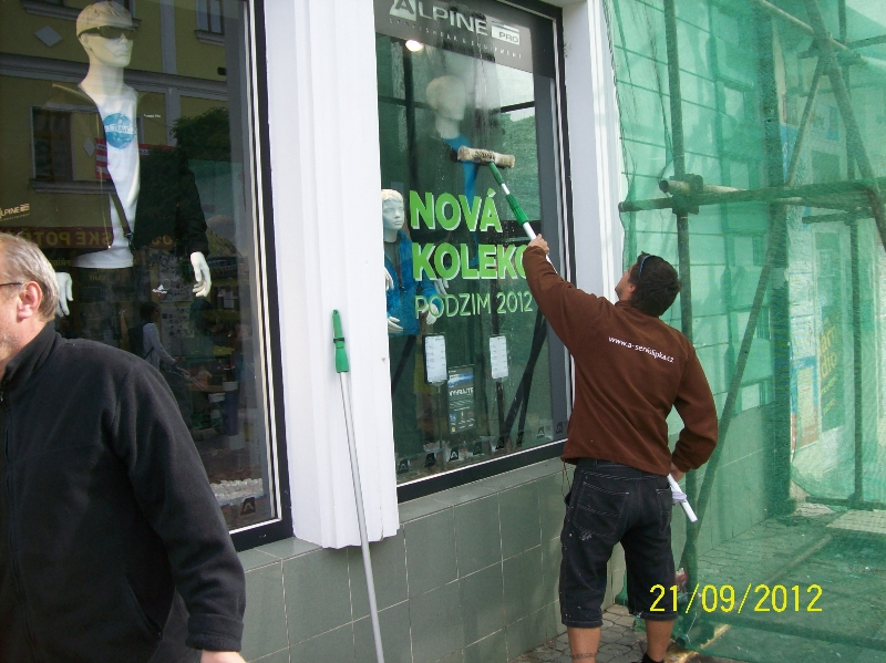 Mytí oken, výloh Praha v zimě